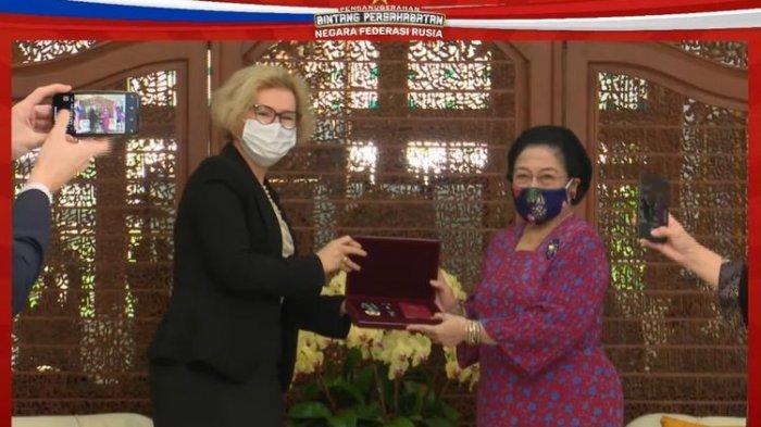 Megawati Menangis Terima Penghargaan dari Presiden Putin