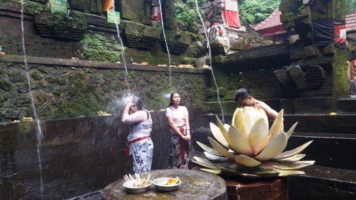 Melukat Physical Distancing Saat Banyu Pinaruh di Tirta Pecampuhan Bangli