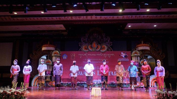 Membaca Lontar Tutur Pajyut, Duta Badung Juara I Ngwacen Aksara Bali