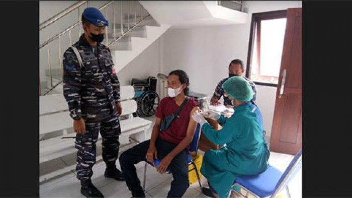Puluhan Warga di Denpasar Manfaatkan Vaksinasi Covid-19 Serangkaian HUT ke-76 TNI AL