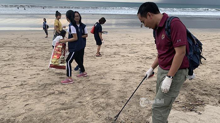 Hari Valentine, Mahasiswa KesMas Universitas Udayana Pungut Puntung Rokok di Pantai Kuta