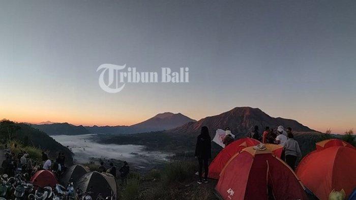 Menikmati akhir pekan dengan camping di Bukit Pinggan, sisi Barat Gunung Batur, Jalan Desa Pinggan, Kecamatan Kintamani, Kabupaten Bangli, Bali, Minggu (7/6/2019).