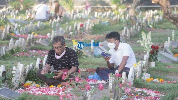 Potret Tradisi Ziarah Kubur Jelang Ramadhan 2021 di Tengah PandemiCovid-19 di Denpasar Bali