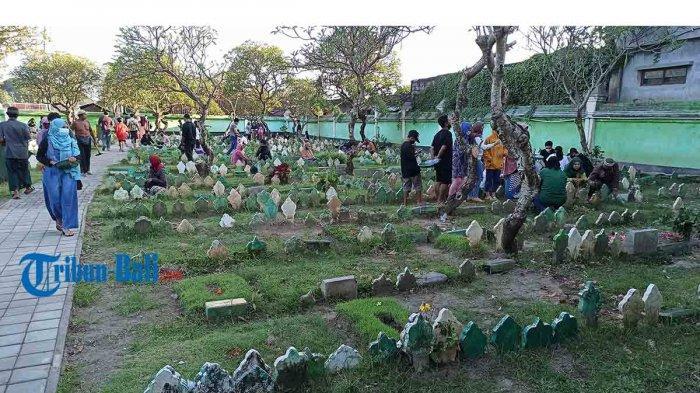 Sejumlah peziarah berdoa di makam keluarganya saat ziarah kubur di TPU Maruti, Denpasar, Minggu 11 April 2021. Menjelang Ramadhan, umat Islam melakukan tradisi ziarah kubur untuk mendoakan keluarga dan kerabat yang telah wafat.