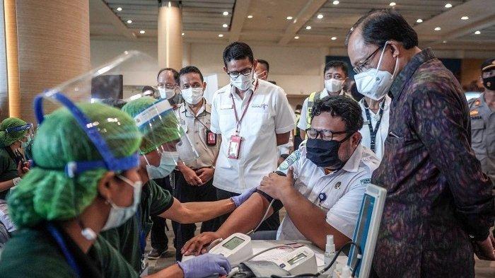 Persiapan Pembukaan Bali, Menparekraf Sandiaga Uno Tinjau Vaksinasi Pekerja Bandara Ngurah Rai
