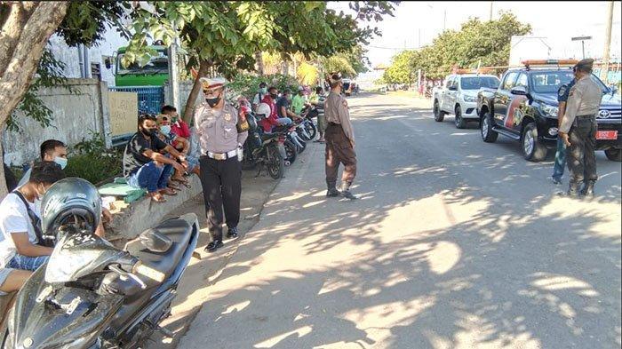 Pantau Dermaga Pelabuhan Benoa Bali, Petugas Kepolisian Ingatkan Warga Disipilin Protokol Kesehatan