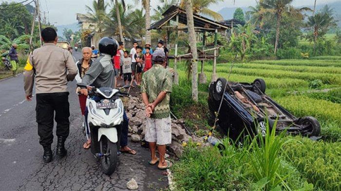 Diduga Sopir Silau, Mobil Avanza Terguling ke Sawah di Desa Bebandem Karangasem