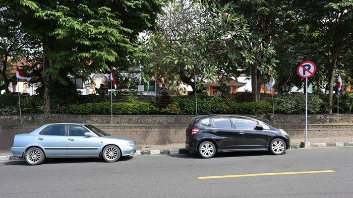 Rambu Larangan Parkir Hanya Jadi Pajangan, DPRD Klungkung Soroti Maraknya Mobil Parkir di Bahu Jalan