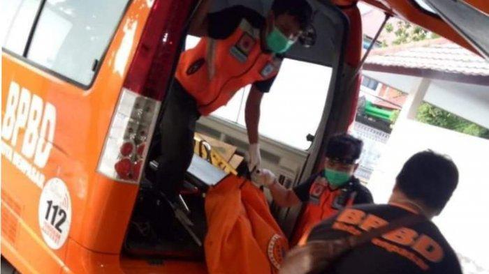Jenazah MRH (23) dievakuasi setelah tewas akibat laka lantas dikawasan Jalan By Pass Ngurah Rai, Denpasar Selatan, Denpasar, Bali, pada Jumat (1/1/2020) pagi ini.