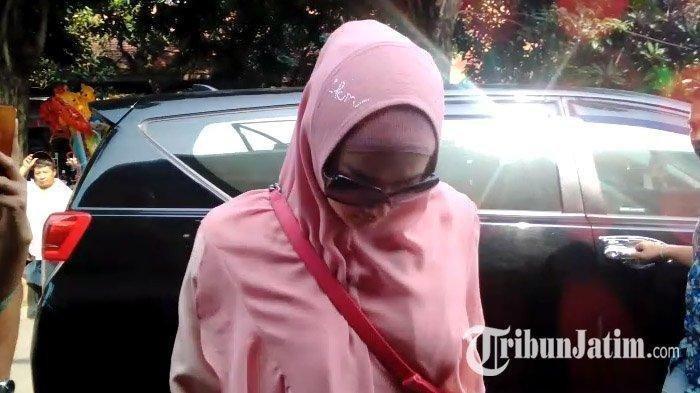 Al Ghazali Lelah, Mulan Jameela Pun Sendirian ke Rutan Medaeng Untuk Jenguk Ahmad Dhani