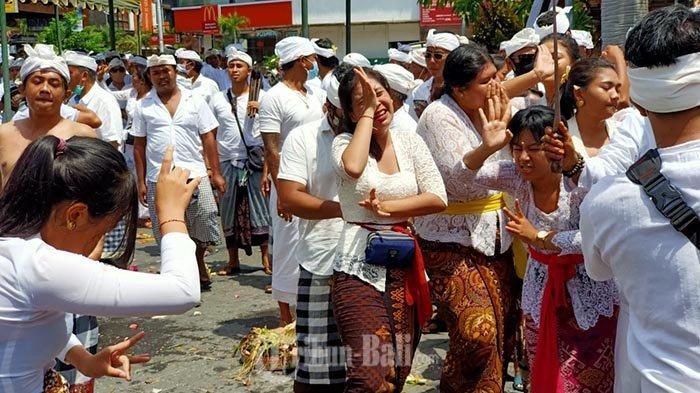 Desa Adat Kuta kembali menggelar upacara Nangluk Merana, Rabu (25/11/2020). Di masa pandemi, Nangluk Merana digelar sederhana dengan penyamblehan satu kucit butuan.