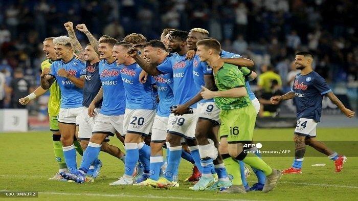 Para pemain Napoli melakukan selebrasi di penghujung pertandingan sepak bola Serie A antara Napoli dan Juventus di Stadion Maradona di Naples pada 11 September 2021. Carlo Hermann/AFP