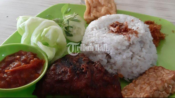 Nasi uduk di Warung Jawa 44 di Jalan Sidakarya, Sesetan, Denpasar Selatan, Bali, Kamis (22/8/2019).