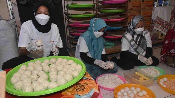 Nasir, memproduksi onde-onde di sebuah rumah produksi onde-onde jalan A. Yani Utara, Denpasar, Rabu 13 Oktober 2021. Sebelum pandemi ia memproduksi 8 ribu onde-onde, kini hanya memproduksi 6000 buah onde-onde. Ia berharap usahanya bangkit kembali.