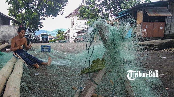 Rusak Pasca Diterjang Gelombang, Nelayan Klungkung Terima 6 Jukung dan 20 Paket Jaring Ikan