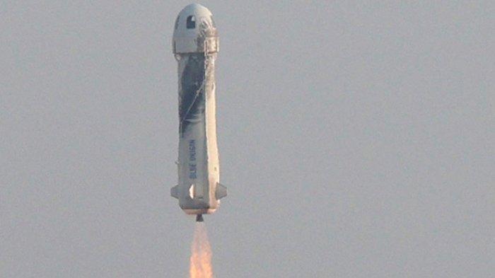 Pesawat roket New Shepard saat meluncur  ke ruang angkasa dari Van Horn, Texas Amerika Serikat 20 Juli 2021. Perjalanan ke ruang angkasa Jeff Bezos dan tiga orang lainnya sukses.