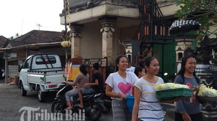 Tradisi Ngejot di Bali Jelang Hari Natal, Umat Kristen di Denpasar Bagikan Makanan ke Tetangga