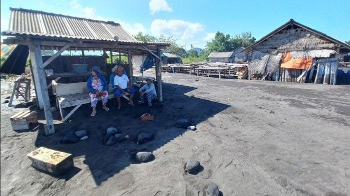 Ketut Nemprig Lari Tunggang Langgang, Lahan Penggaraman & Gubug Perajin Garam Rusak Diterjang Ombak