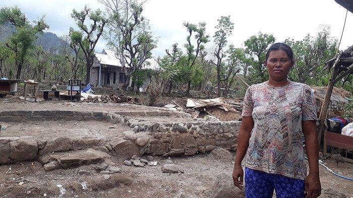 Rumahnya Roboh Diterjang Angin Kencang, Wardana dan Anak Istri Terpaksa Tidur di Bale Bengong