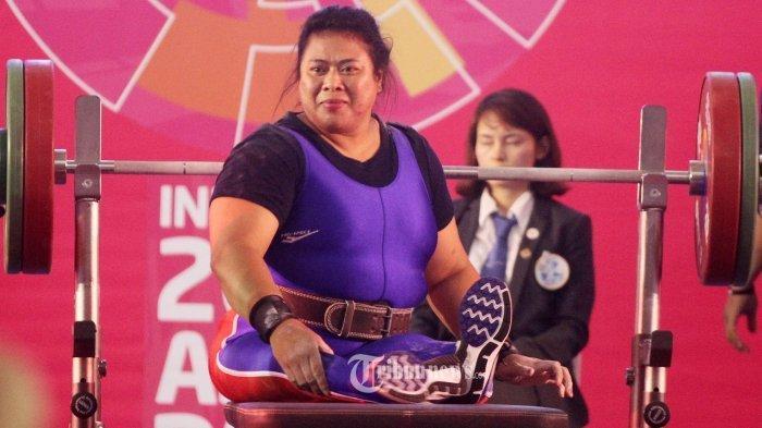 Atlet angkat berat asal Indonesia Ni Nengah Widiasih berhasil mempertahankan perunggu di kelas puteri 86 kilogram Asian Para Games 2018 di Balai Sudirman, Jakarta Selatan, Kamis (11/10/2018). Sebelumnya Ni Nengah Widiasih juga mendapatkan perunggu pada nomor yang sama pada saat Asian Para Games 2014 di Incheon, Korea Selatan. Tribunnews/Jeprima