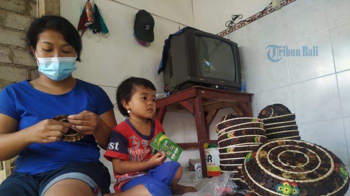 Orderan Sepi Selama Pandemi, Mariani Tetap Bertahan Membuat Kerajinan dari Batok Kelapa
