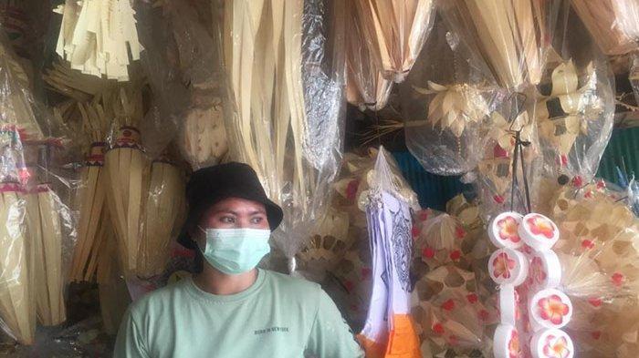 Ada Pandemi, Ni Wayan Sumadri Akui Hiasan Penjor yang Dijualnya di Desa Kapal Badung Alami Penurunan