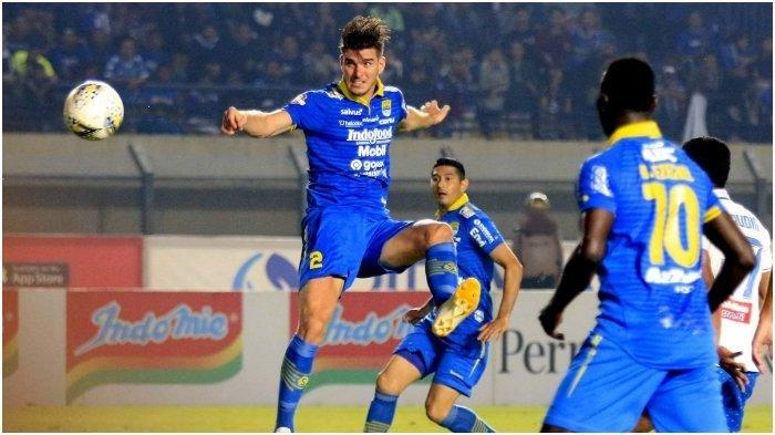 Nick Kuipers menyundul bola saat Persib Bandung menghadapi PSIS Semarang di Stadion Si Jalak Harupat, Bandung, Rabu (6/11/2019) (Tribun Jabar/Deni Denaswara)
