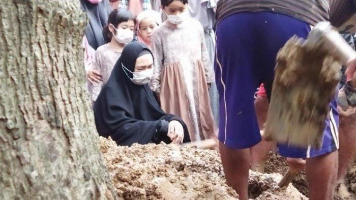 Ria Ricis Tiba di Jakarta Langsung ke Makam Ayahnya: Akhirnya Sampai di Rumah Baru Papa