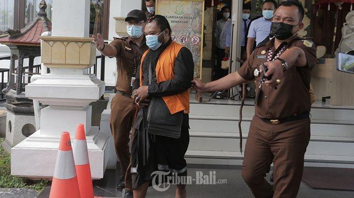 Oknum sulinggih di Bali, inisial I Wayan M (38) tersangka dugaan tindak pidana pencabulan usai menjalani pelimpahan tahap II di Kejaksaan Negeri (Kejari) Denpasar, Rabu, 24 Maret 2021.