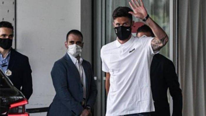 Olivier Giroud ketika mengenakan masker berlogo AC Milan menjelang agenda tes medis, Jumat, 16 Juli 2021.