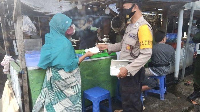 Menyasar Pasar di Kuta Badung, Petugas Berikan Imbauan dan Bagikan Masker ke Warga
