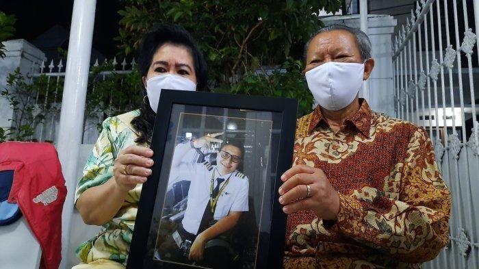 Boy dan Eveline Mamahit, orangtua Co-Pilot persawat Sriwijaya Air SJ182 Diego Mamahit di kediaman Jalan Nakula, Jatirahayu, Pondok Melati, Kota Bekasi.