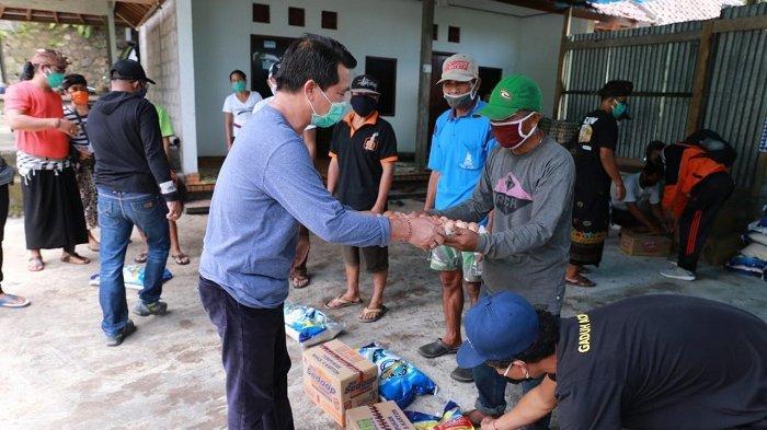 Paguyuban Warga Nusa PenidaSalurkan Kebutuhan Pokok untuk Warga Dusun Bukit Tengah