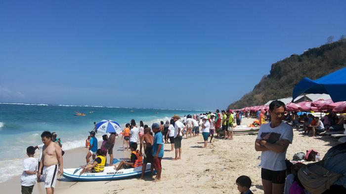 Pantai Pandawa terlihat dipadati turis asing dan lokal.