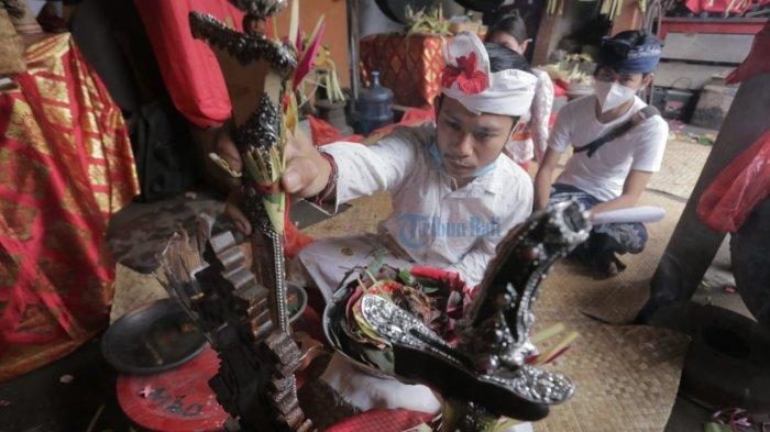 Perayaan Tumpek Landep di Pande Keris Urip Wesi Tapa Karya Denpasar, Prosesi Mamitang Keris
