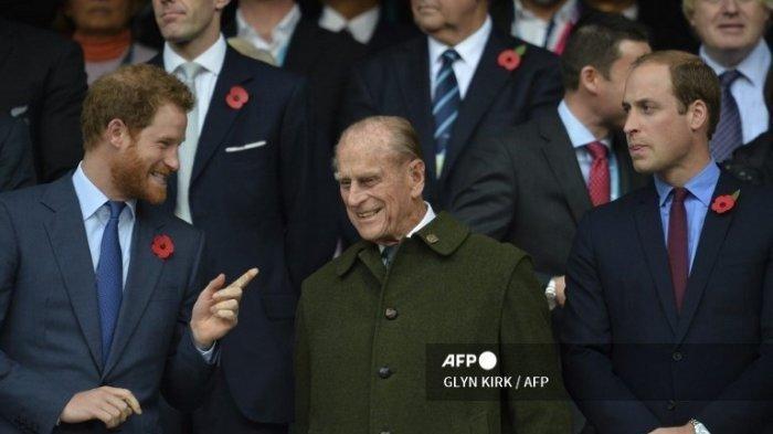 Pangeran Philip (tengah) diapit dua cucunya Pangeran William (kanan) dan Pangeran Harry (kiri) saat menyaksikan pertandingan final Piala Dunia Rugbi 2015 antara Selandia Baru dan Australia di Stadion Twickenham, London barat daya, 31 Oktober 2015.