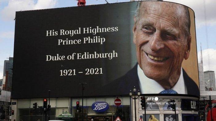 Papan iklan elektronik menampilkan penghormatan kepada Pangeran Philip, Duke of Edinburgh, di pusat Kota London pada 9 April 2021 setelah kematian Pangeran Philip.