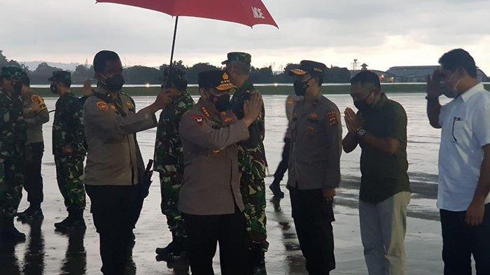 Dibawah Rintik Hujan, Panglima TNI dan Kapolri Tiba di Bali untuk Pantau Program Vaksinasi Covid-19