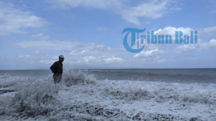Gelombang Pasang di Pesisir Klungkung, Penyebrangan Dialihkan ke Padang Bai