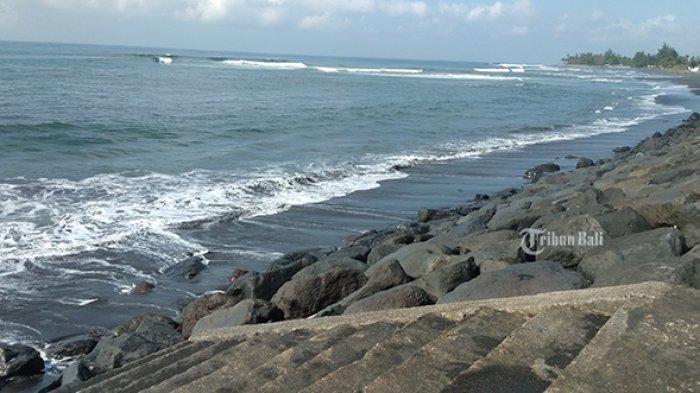 Masyarakat Gianyar Patuhi Larangan Mandi di Pantai saat Banyupinaruh