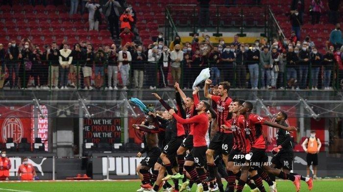 Para pemain AC Milan memberikan pengakuan kepada publik setelah memenangkan pertandingan sepak bola Serie A Italia antara AC Milan dan Unione Venezia pada 22 September 2021 di stadion San Siro di Milan. Tiziana FABI / AFP