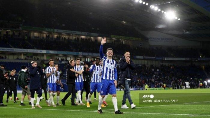 Para pemain Brighton bertepuk tangan kepada penggemar setelah pertandingan sepak bola Liga Utama Inggris antara Brighton dan Hove Albion melawan Manchester City di Stadion Komunitas American Express di Brighton, Inggris selatan pada tanggal 18 Mei 2021. Brighton memenangkan pertandingan tersebut 3-2.