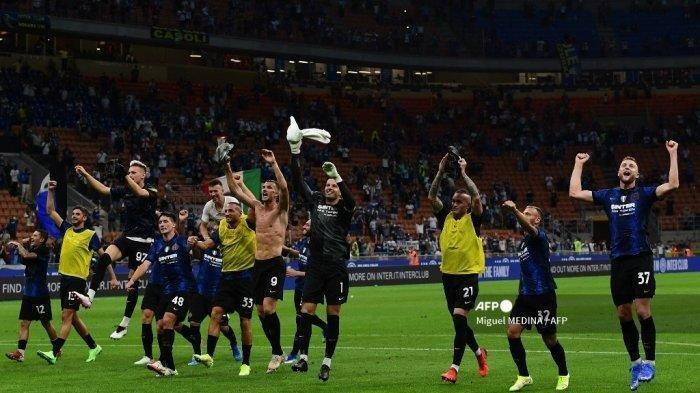 Para pemain Inter Milan merayakan kemenangan 4-0 pada pertandingan sepak bola Serie A Italia Inter Milan vs Genoa di stadion San Siro di Milan, pada 21 Agustus 2021. Miguel MEDINA / AFP