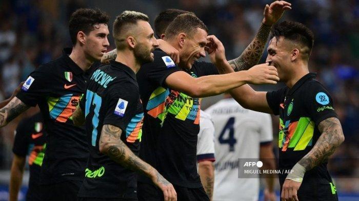 Para pemain Inter Milan merayakan setelah mencetak gol selama pertandingan sepak bola Serie A Italia antara Inter Milan dan Bologna di stadion San Siro di Milan, pada 18 September 2021. Miguel Medina/AFP