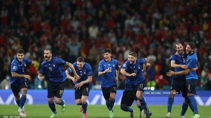 Para pemain Italia merayakan kemenangan setelah memenangkan pertandingan sepak bola semifinal UEFA EURO 2020 antara Italia dan Spanyol di Stadion Wembley di London pada 6 Juli 2021. CARL RECINE / POOL / AFP )