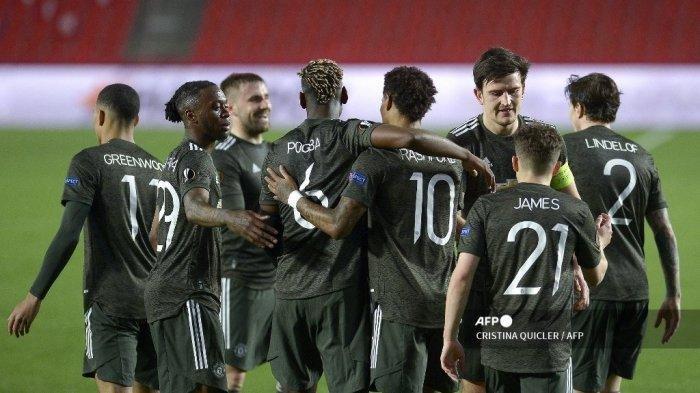 Para pemain Manchester United merayakannya setelah mencetak gol dalam pertandingan sepak bola UEFA Europa League antara Granada FC dan Manchester United di stadion Nuevo Los Carmenes di Granada pada 8 April 2021.