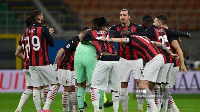 Para pemain tim AC Milan berkumpul di sekitar penyerang Swedia AC Milan Zlatan Ibrahimovic (tengah) sebelum pertandingan sepak bola Serie A Italia antara AC Milan dan Benevento di Stadion San Siro di Milan pada 1 Mei 2021.