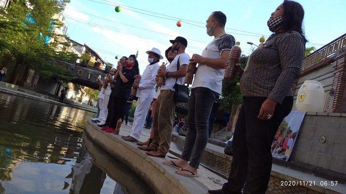 """100 Liter """"Cairan Ajaib"""" Dituang ke Tukad Badung di Denpasar"""