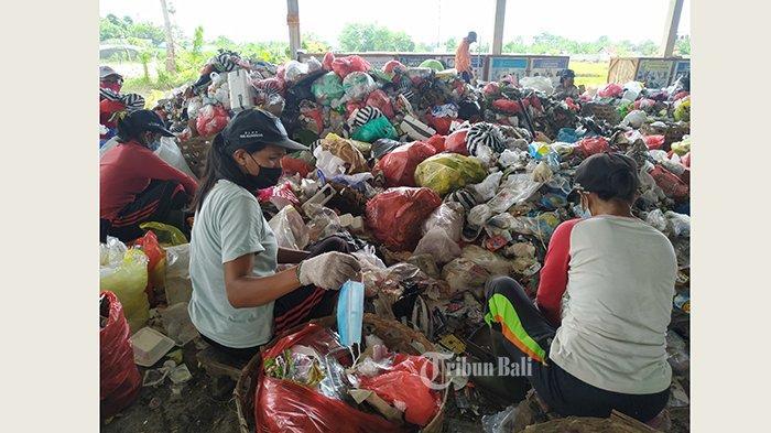 Kerap Temukan Masker Bekas Campur Sampah Rumah Tangga,Petugas Pemilah di TOSS Karangdadi Khawatir