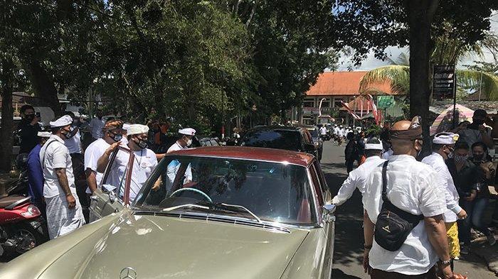 Mobil Mercy Klasik Antarkan Paket Panji-Budi Daftar ke KPU Tabanan